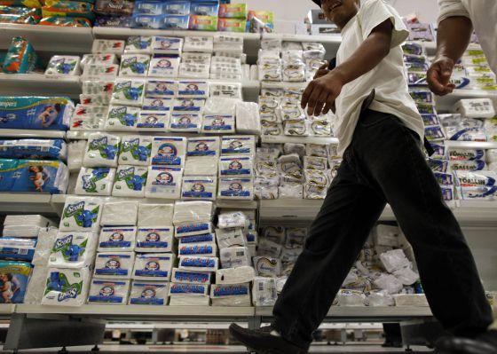 Productos cuyo precio será controlado en un supermercado en el centro de Caracas (Venezuela).