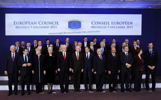 Los jefes de Estado y Gobierno de la Unión Europea posan para una fotografía de familia al final del primer día de la cumbre en Bruselas.