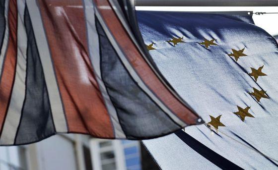 Banderas del Reino Unido y la UE en la Casa de Europa en Londres.