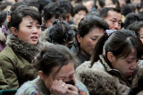 Norcoreanas lloran la muerte de Kim Jong-il.