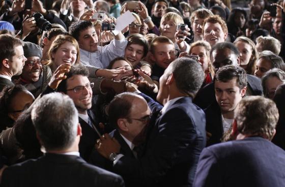 Obama saluda a los estudiantes del Instituto Shaker Heights de Cleveland, donde ha departido sobre economía y empleo.