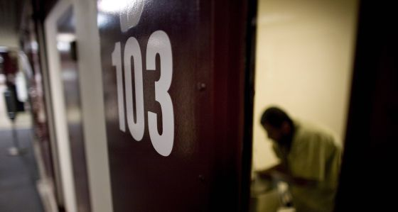 Un preso del Campo 6 de la base estadounidense de Guantánamo se lava las manos.