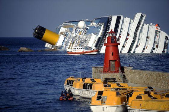 Vista del crucero 'Costa Concordia' escorado cerca de la isla de Giglio, en la costa italiana.