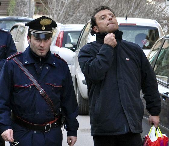 La policía acompaña a Francesco Schettino a su casa en Meta di Sorrento.