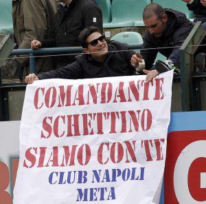 Un par de aficionados del Nápoles muestran su apoyo al capitán Schettino.