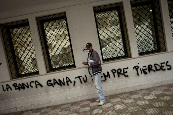 Un hombre fuera de una oficina gubernamental en Marbella.