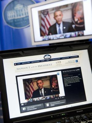 El presidente de EE UU, Barack Obama, participa en un encuentro en Internet con ciudadanos.