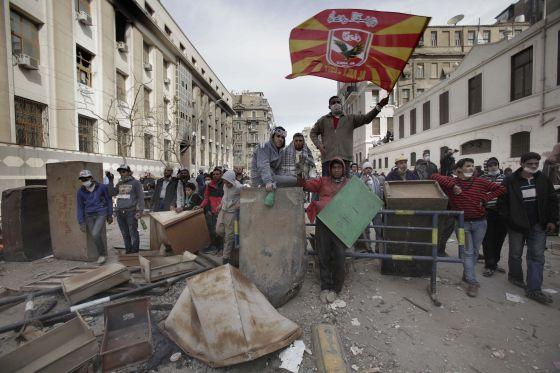 Un seguidor del Ahly, junto a una barricada cerca del Ministerio del Interior este viernes.