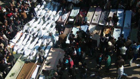 Vecinos de Homs asisten al entierro de varias víctimas del ataque. La foto fue realizada por un particular, que la envió a la agencia para su distribución.