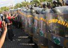 El gobernador de Salvador de Bahía recula y negocia con los policías