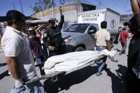 Traslado del cadáver de la periodista Luz Marina Paz, asesinada en Honduras el pasado diciembre