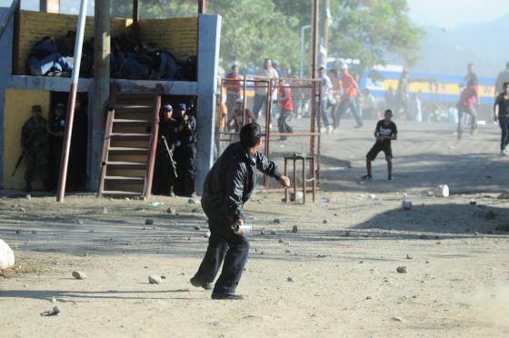 Familiares de los presos del penal de Comayagua se enfrentan a la policía.