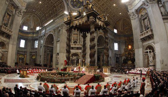 Un momento del consistorio, en el que ayer fueron proclamados 22 nuevos cardenales, entre ellos el español Santos Abril y Castelló, en la basílica de San Pedro.