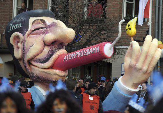 Una carroza de Carnaval en Duseldorf muestra a un muñeco del presidente iraní Mahmud Ahmadineyad.