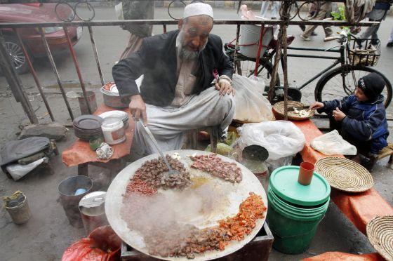 Un vendedor callejero afgano en una calle de Kabul.