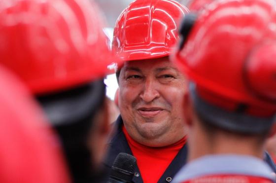 Hugo Chávez, durante la visita a una fábrica de vehículos donde hizo el anuncio sobre su estado de salud.