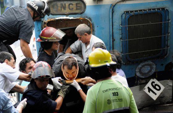 Rescatistas trasladan a un herido.