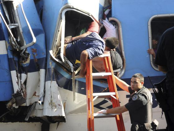 Los rescatistas intentan sacar a un pasajero atrapado.