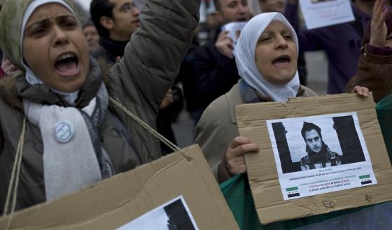 Protesta en París, ayer, por la muerte en Siria del fotógrafo Remi Ochlik.