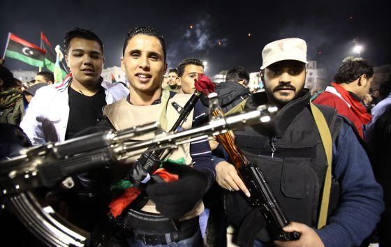 Jóvenes milicianos celebran en Trípoli, el 17 de febrero, el aniversario del levantamiento contra Gadafi.