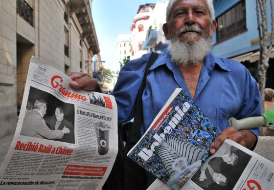 Un vendedor de periódicos muestra una edición de Granma, en cuya portada se aprecia la imagen de los presidentes Raúl Castro, de Cuba, y Hugo Chávez, de Venezuela.