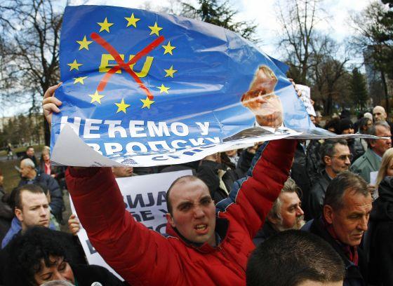 Miembros del Partido Radical Serbio protestan contra la UE el pasado miércoles en Belgrado.