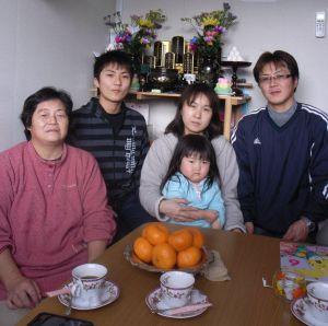 Kenta Abe y su familia en su casa prefabricada.