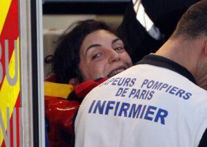 La periodista Edith Bouvier sonríe a su llegada a París este viernes.rn