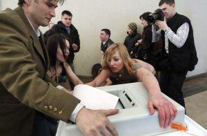 Dos de las activistas del grupo feminista ucranio Femen, que llevan escrito sobre el cuerpo