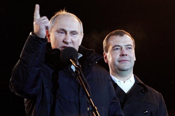 Vladimir Putin habla tras conocerse el resultado, junto a Dmitry Medvedev.