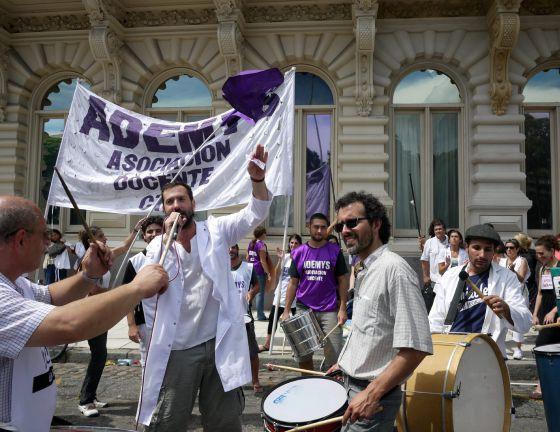 Docentes realizan una manifestación frente al Ministerio de Educación de Argentina hoy en Buenos Aires.