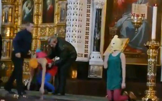 Una captura del vídeo de la irrupción del grupo punk Pussy Riot en una catedral de Moscú.