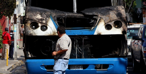 Un autobús incendiado durante el 'narcobloqueo' de este viernes en Guadalajara.