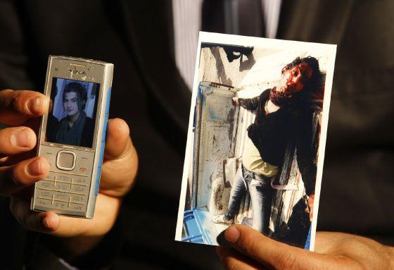 El activista Roby Hurriya muestra imágenes de su amigo Saif Asmar, en Bagdad.