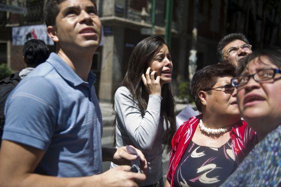 Un grupo de personas sale a la calle tras el terremoto.