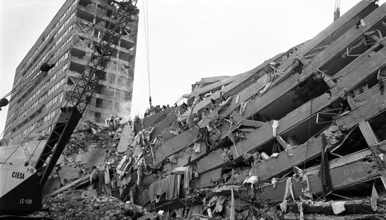 Uno de los edificios derrumbados tras el terremoto de 1985.