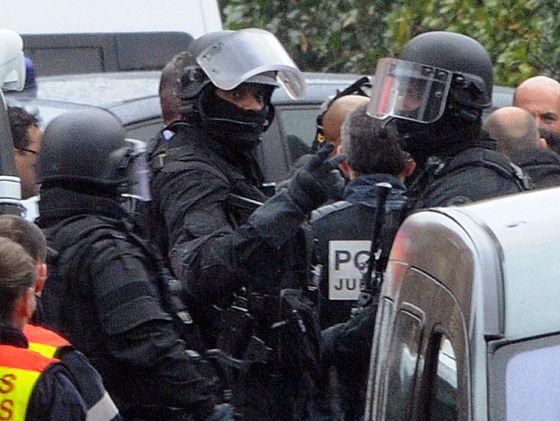 Miembros del cuerpo de élite de la policía francesa, antes del asalto.