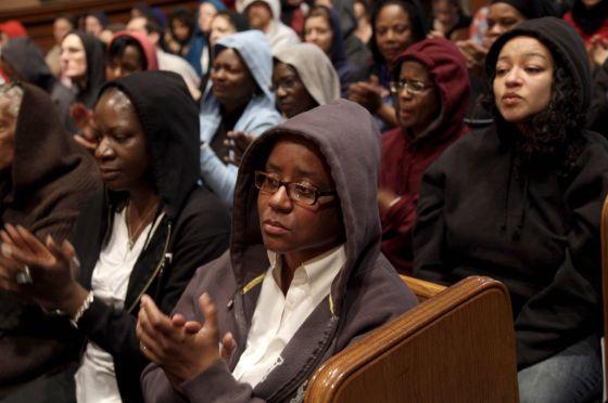 Asistentes a una ceremonia en Nueva York llevan capuchas como el asesinado Trayvon Martin.