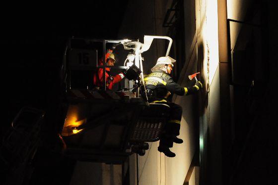 Bomberos chilenos examinan las grietas de un edificio en Santiago