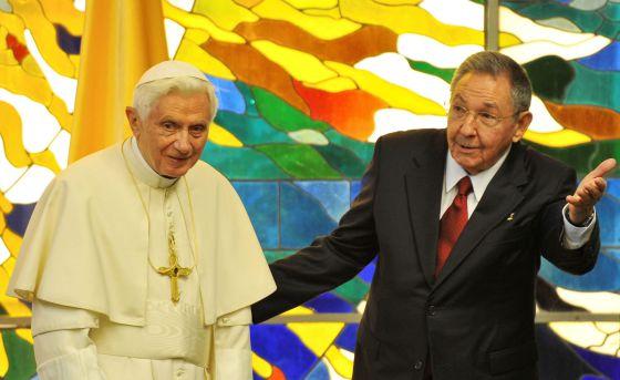 El papa Benedicto XVI y el presidente cubano, Raúl Castro ayer.