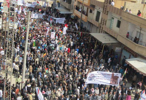Kurdos sirios participan en una protesta contra el régimen de Bachar el Asad el viernes 30 de marzo en la ciudad de Qamishli.