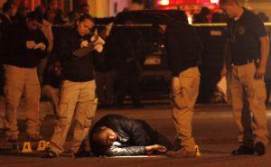 Un grupo de forenses junto a un cadáver en Ciudad Juárez en 2010.