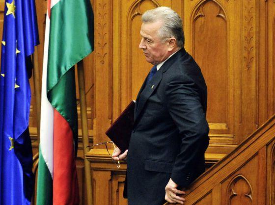 El presidente de Hungría, Pál Schmitt, abandona el estrado tras anunciar en el Parlamento que dimite de su cargo.