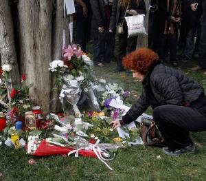 Una mujer sitúa una vela en el lugar donde se suicidó el individuo.