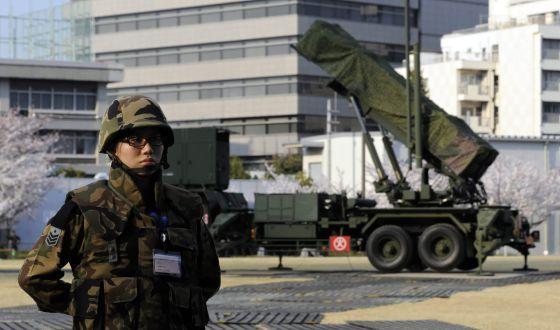 Un soldado japonés vigila junto a una unidad dotada de sistemas de misiles tierra-aire situada en las instalaciones del Ministerio de Defensa.