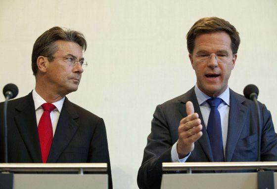 El primer ministro holandés, Mark Rutte (Der.) y el viceprimer ministro, Maxime Verhagen, ofrecen hoy una rueda de prensa en La Haya.