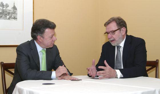 Juan Manuel Santos, presidente de Colombia junto con el consejero delegado del Grupo Prisa y presidente del diario El País, Juan Luis Cebrián.