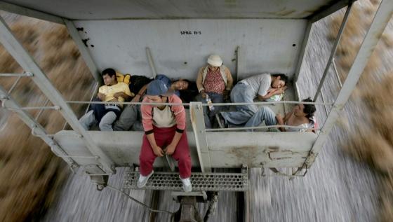 Mexicanos en Nuevo Laredo, México, intentan llegar a EE UU.