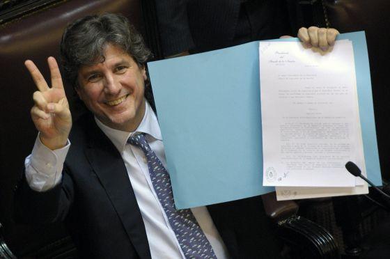 El presidente del senado argentino, Amado Boudou, muestra el proyecto de ley aprobado por la Cámara.