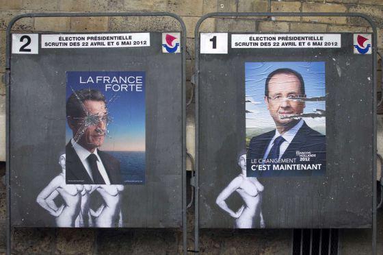Carteles electorales de Sarkozy y Hollande en una calle de París.